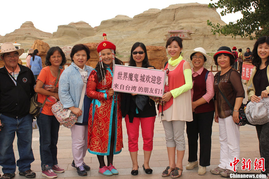 Tourists from Taiwan pose for a photo in Karamay city, northwest China's Xinjiang Uygur Autonomous Region. (Photo provided by netizens)