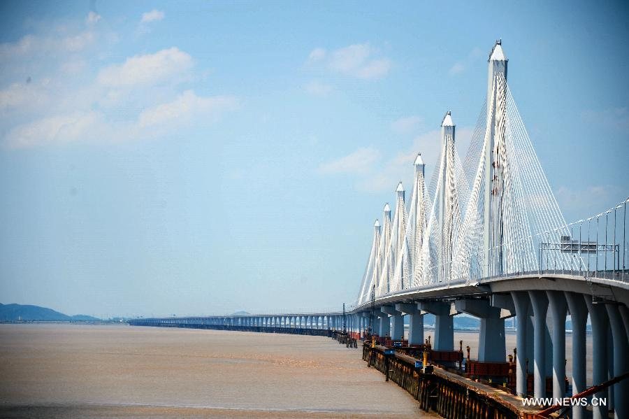 Photo taken on July 16, 2013 shows the completed Jiashao Bridge which connects Jiaxing and Shaoxing in east China's Zhejiang Province. As the second cross-sea bridge spanning across the Hangzhou Bay, the Jiashao Bridge has passed the quality examination and is expected to be opened to traffic on July 19. It will halve the travel time from Shaoxing to east China's Shanghai. (Xinhua/Xu Yu)