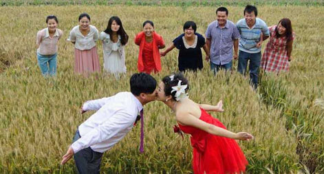 Wheat field wedding promotes green life