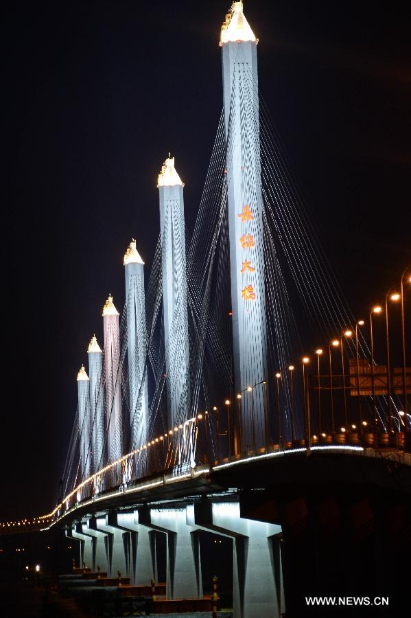 Photo taken on July 17, 2013 shows the night scenery of the Jiashao Bridge which connects Jiaxing and Shaoxing in east China's Zhejiang Province. As the second cross-sea bridge spanning across the Hangzhou Bay, the Jiashao Bridge will be officially opened to traffic on July 19. It will halve the travel time from Shaoxing to east China's Shanghai. (Xinhua/Xu Yu)