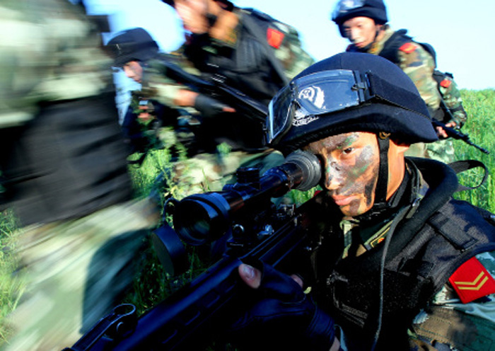 Recently, the officers and men of the 4th Detachment of the Shanghai Contingent of the Chinese People's Armed Police Force (APF) conducted actual-combat drill on such subjects as physical training, rapid assault, ambush and reconnaissance and so on in extreme hot weather. (Xinhua/Chen Fei)