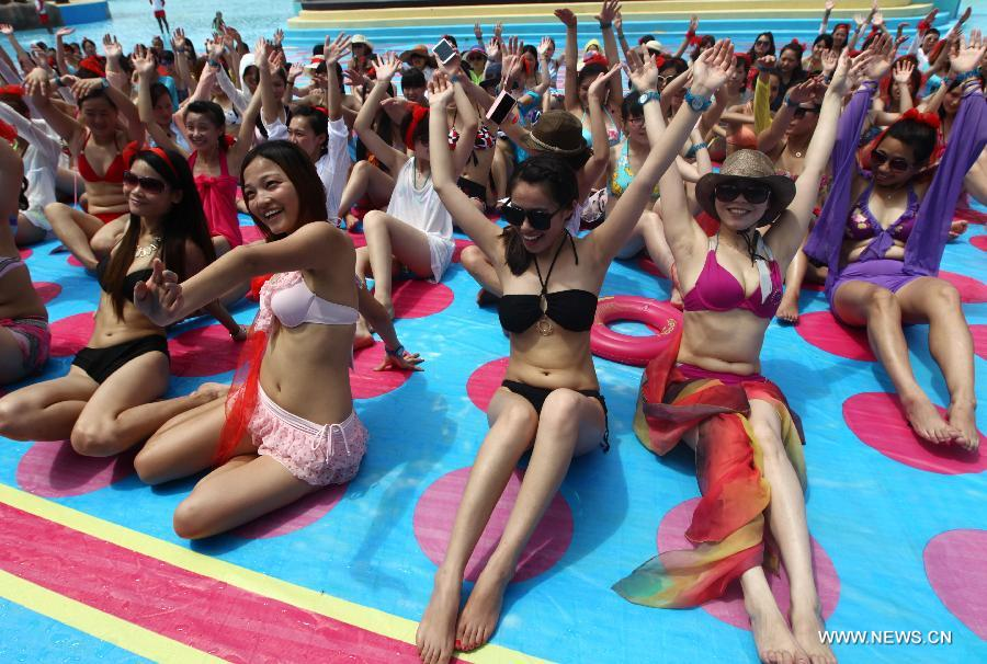 Tourists cool off in a water park in Shanghai on July 28, 2013. The highest temperature reached 39 degrees Celsius in Shanghai on Sunday. (Xinhua/Ding Ting)