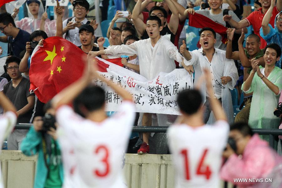 Players of China football team greet fans after the EAFF East Asian Cup 2013 match against Australia at the Jamsil Olympic Stadium in Seoul, South Korea, July 28, 2013. China won the match 4-3. (Xinhua/Park Jin-hee)