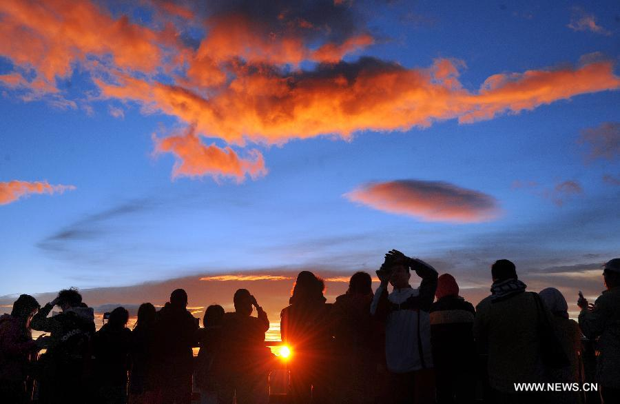 Visitors enjoy the beautiful sunrise in Nantou County, southeast China's Taiwan, Aug. 1, 2013. (Xinhua/Tao Ming)