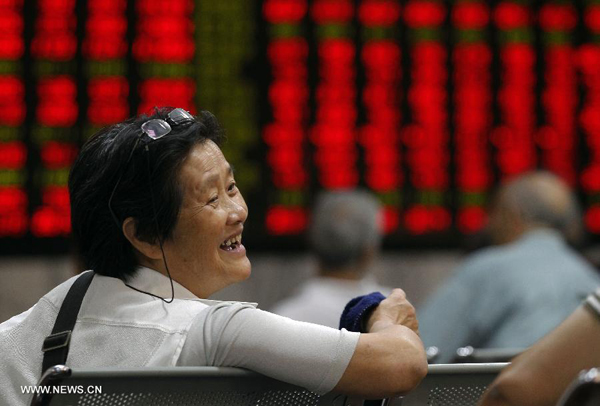 An investor is seen in front of a screen showing stock information at a trading hall of a securities firm in Shanghai, east China, Sept. 9, 2013. Chinese shares rallied on Monday as newly released data concerning consumer inflation, producer price and foreign trade pointed to a strengthening national economy. (Xinhua/Ding Ting)