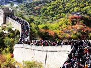Tourists pack Great Wall to view autumnal leaves