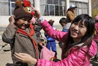 Tibetan girl helps mobilize volunteers onlin