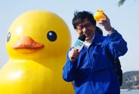 Jakie Chan sees Rubber Duck off in Beijing