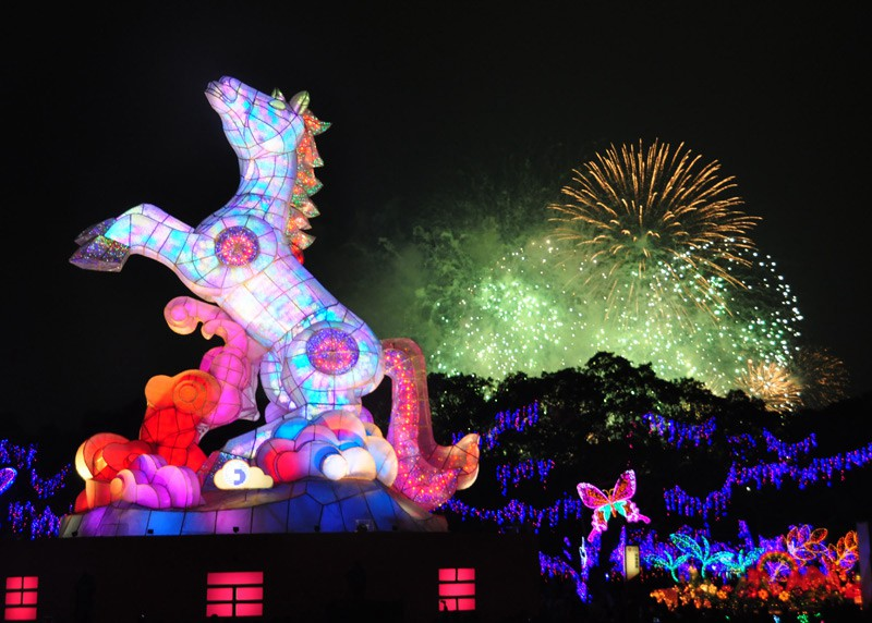 "The master lantern ""galloping steed"", made of 200 thousand LED lights, is 23 meters high and the tallest lantern ever shown. (People's Daily Online/Tang Shuquan)"