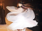 'Xiao Caiqi' appears at wedding dress show in Shanghai Fashion Week
