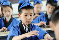 Children in ancient costumes learn Zhusuan