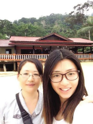A selfie of Li Jianlin (R) and her mother during their travels